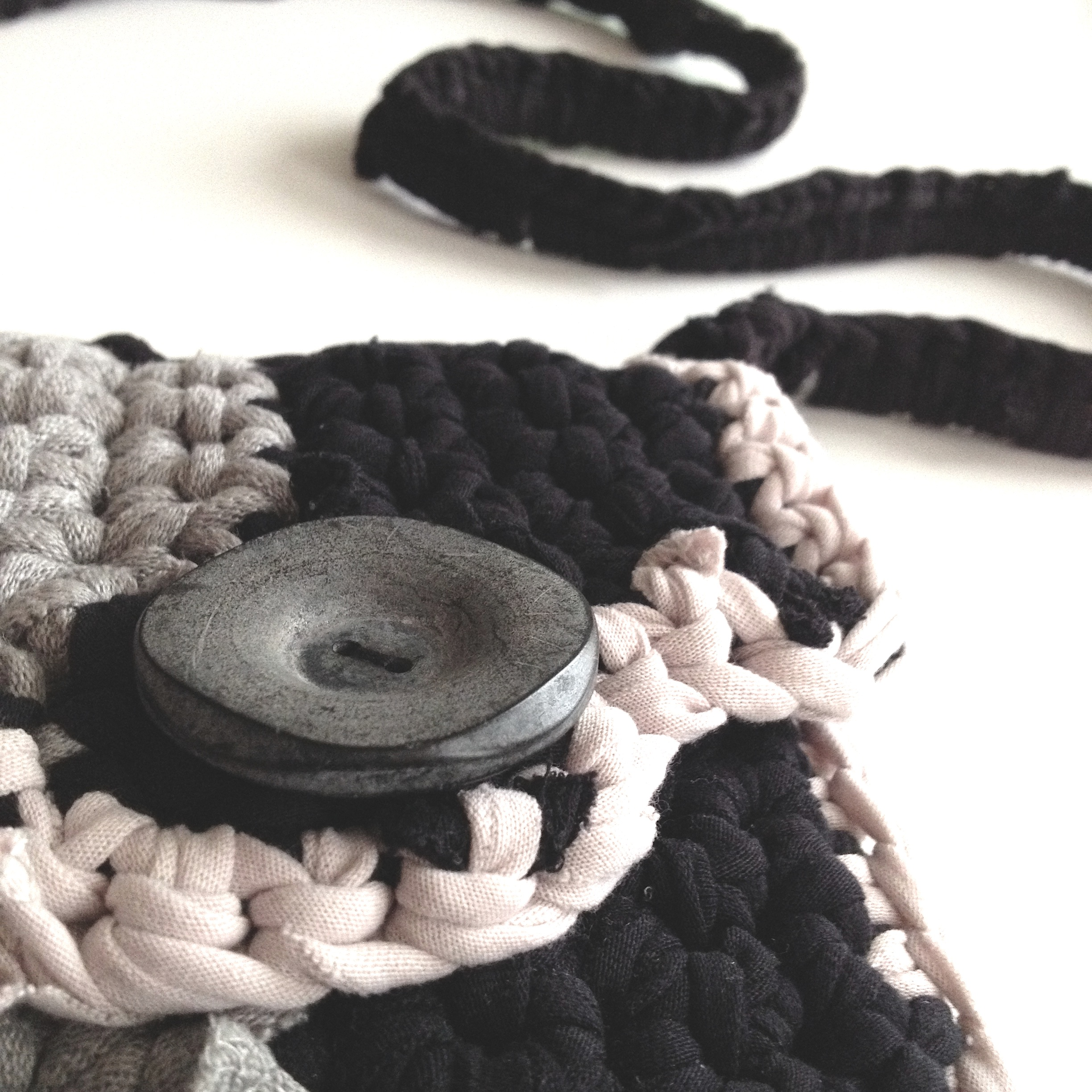 diy crochet bag made out of old t-shirts with old button from the 50´s