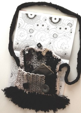 diy crochet bag with fringes and old buttons