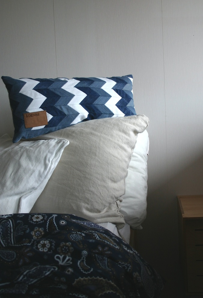 diy chevron pattern denim cushion out of old jeans and linen fabric, decorated with original patch from the recycled jeans